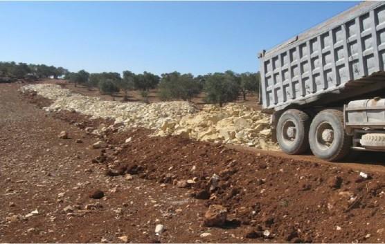 丘陵地では農道が必須。UAWCが支援して建設中の農道