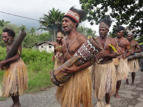 カカオ生産するパプア先住民族コミュニティの人びと