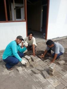 工場敷地後方に建てた監査員事務所で作業する監査員たち