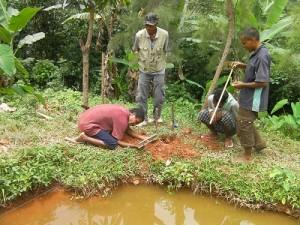 鶏舎用地の測量作業