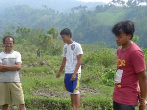 バイスで豚舎建設予定地を確認。(右端:、ジョナン左端ジョナンの父親)