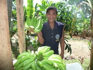 バランゴンバナナの収穫を喜ぶレナンテさん