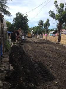 バコロド市の裏側では、道路拡張工事が人々の住まいに迫っていました。