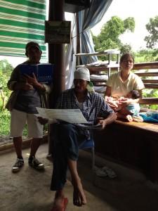 交流会に参加のマカオさんとダイアナさん、そして生産者協会の役員の1人のロリーさん(左端)