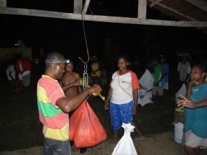 集荷所で、生産者が持ってきたカカオ生豆を計量します。