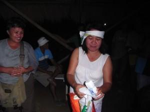 夜の交流会にはたくさんの生産者が集まってくれました。お土産の手ぬぐいでネジリアチマキ。バンチトップ撲滅にがんばるぞ!