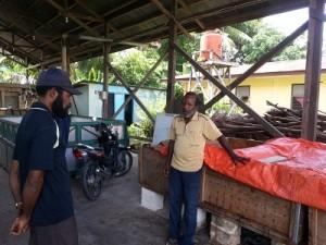 ケヒラン加工場を訪れ、加工方法を確認する生産者
