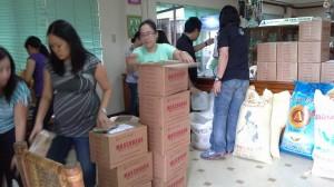 ATMCから支援のマスコバド糖を緊急支援食糧パックに。