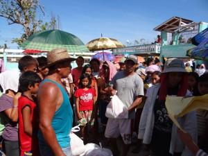 カルレス町タロン村での緊急救援物資配布