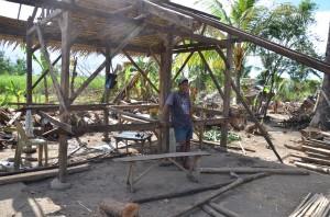 サガイ・マイヌワオン地域 壊れた家の修復をする村人