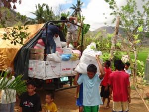 バラサン町サルヴァション村 物資の積み下ろし