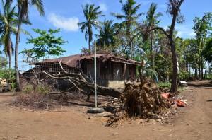 カディス・チェンバリ村海岸沿 台風の強さを物語る光景