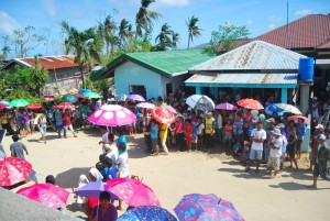 カルレス町タロン村の人々が大勢集まってきました。
