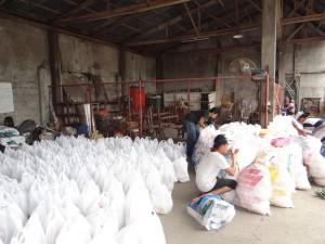 袋詰めされた1200パックを越える救援物資