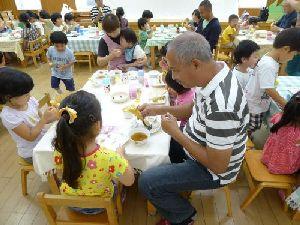 園児たちと昼食会。気持ちで通じ合い会話がはずみました。