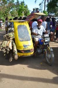 サガイ・マイヌワオン地域 家屋の修復に使う材料を運ぶ