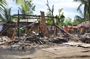 サガイ・マイヌワオン地域、全壊した家屋