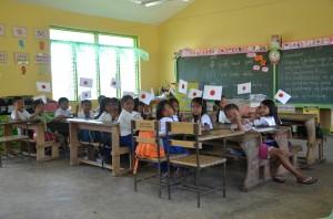 安全な新しい教室で勉強するホマイホマイ村の子どもたち