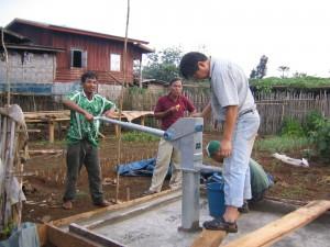 オックスファムの支援でカトゥアット村に掘られた井戸