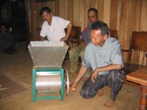 カトゥアット村にOXFAMから提供された果肉除去機