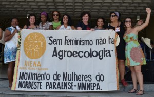 横断幕:「フェミニズムなしにアグロエコロジーはありえない」第3回全国アグロエコロジー大会(ブラジル・バイア州ジュアゼイロ)パラ州北東部女性運動 2014年5月16日(撮影 Cintia Barenho氏)https://flic.kr/p/nP7vzF