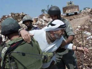 スラエル軍に抑えられるパレスチナ農民