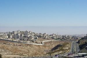 土地を横切って伸びる壁。エルサレム近郊の高台から