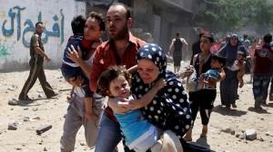攻撃のなか避難するガザ地区の人びと