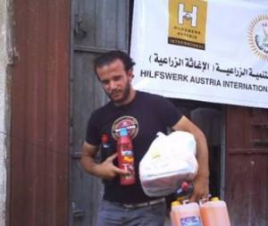 支援物資を受け取るガザの被災者