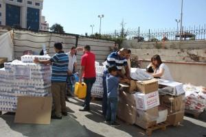 ガザに送る飲料水の積み込み作業