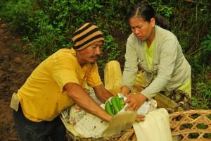 一緒にバランゴンバナナの集荷を行うマカオさんとダイアナさん