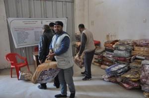 毛布などを受け取るガザの被災者