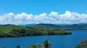パプアのカカオ産地はセンタニ湖沿いを通って森のなかに入ります。