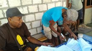 ワロンバイム村の新しい口座開設者(右)が書類に署名「どこにサインするの?」