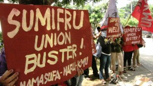 スミフルに抗議する労働者