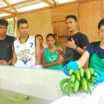 バナナの洗浄方法について指導を受けるパッキングセンター作業員