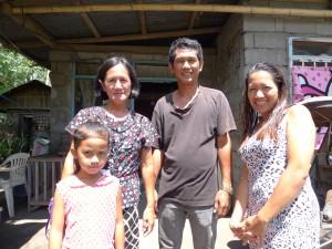 アルボレダさん(写真左から2人め)、自宅前で息子、娘、孫といっしょに。