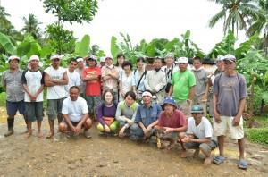 ロウアカンダボン村を訪問した生協組合員と生産者