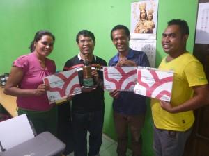 ATTスタッフ仲間とコーヒー品評会での表彰を喜ぶベリーナさん(左端)