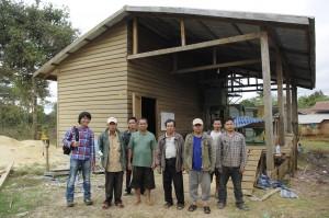コーヒー生産者のコミュニケーションをお手伝いするタオくん(左端)