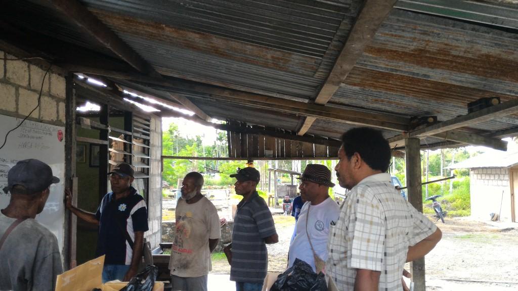 作業のスケジュール作りをするデッキー(右端)とブラップ村のカカオ生産者たち