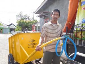 川へのゴミのポイ捨てを減らすためにゴミ回収を始めました。