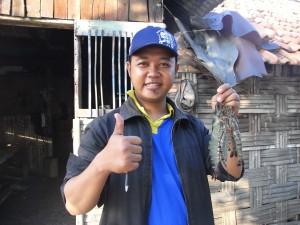 養殖池を訪問するATINAスタッフ