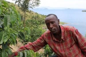 コパカマのコーヒー生産者:キヴ湖を臨むコーヒー畑にて