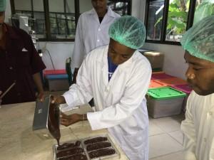 インドネシアのコーヒー・カカオ研究所でチョコレート製造研修を受けるカカオキタのメンバー
