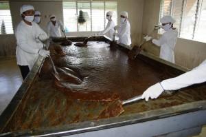 シロップ状のサトウキビ汁を撹拌しながら乾燥させます。