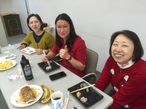 こだわりお弁当を食べながらATJ/APLA職員と交流会