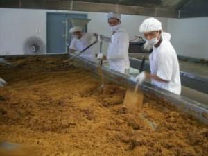 サラサラの粉状にするには手早い撹拌作業がポイントです。