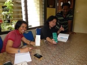 カカオキタ事務所を訪れたジャカルタの環境ジャーナリストは、早速「パラダイス・パプア」を購入!