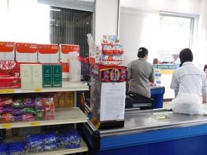 ジャヤプラ市内のスーパーマーケットのレジ脇に並び、好評です。